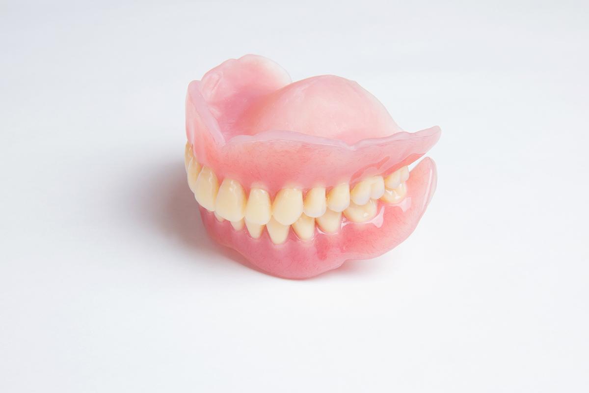 外傷・むし歯などで歯を失った方へ